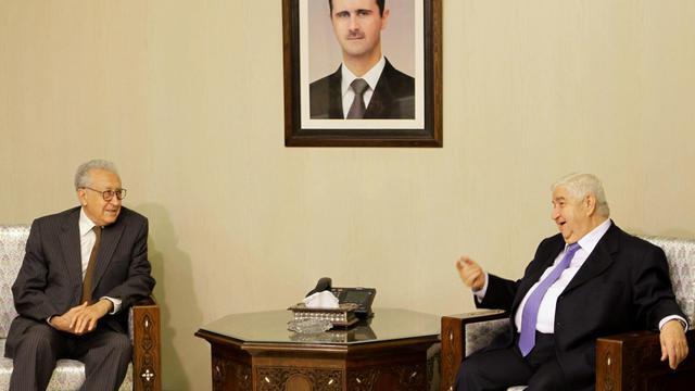 Le nouvel émissaire international Lakhdar Brahimi (g) rencontre le ministre syrien des Affaires étrangères Faisal Meqdad, le 13 septembre 2012 à Damas [Louai Beshara / AFP]