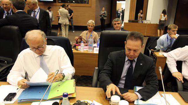 Le ministre grec des Finances Yannis Stournaras (d) et le gouverneur de la Banque de Grèce, George Provopoulos, le 15 septembre 2012 à Chypre [Yiannis Kourtoglou / AFP]