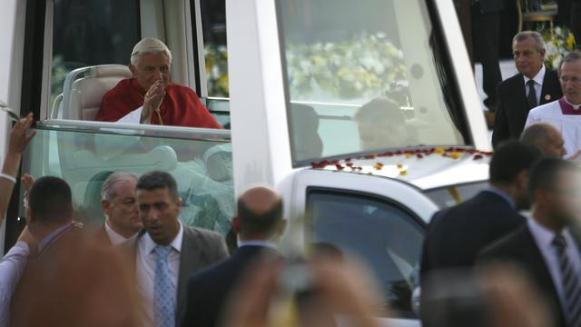 """Le pape salue depuis sa """"papamobile"""" les habitants du village de Bkerké, près de Beyrouth, le 15 septembre 2012 [ / AFP]"""