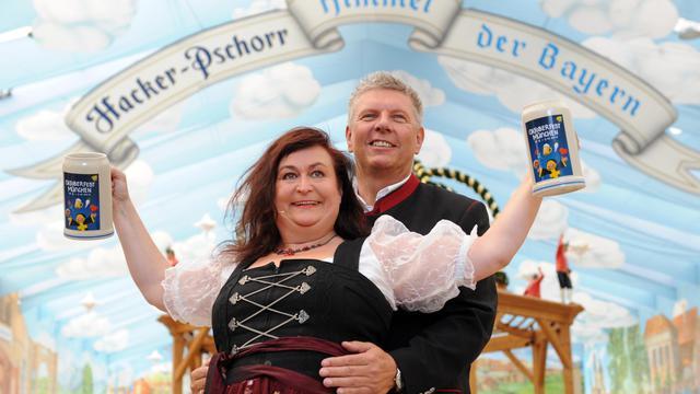 L'artiste de cabaret Lizzy Aumeier et le directeur de l'Oktoberfest Dieter Reiter lèvent leurs choppes, le 28 août 2012 , à Munich [Tobias Hase / DPA/AFP/Archives]