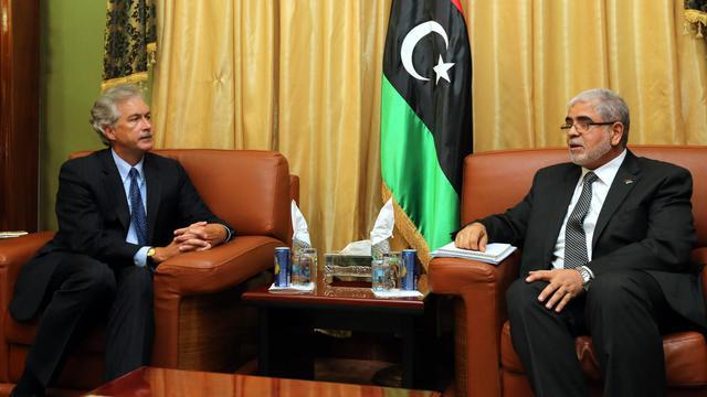 Rencontre entre le Premier ministre libyen Mustafa Abu Shagur (d) et le secrétaire d'Etat adjoint américain William Burns (g), le 20 septembre 2012 à Tripoli [Mahmud Turkia / AFP]