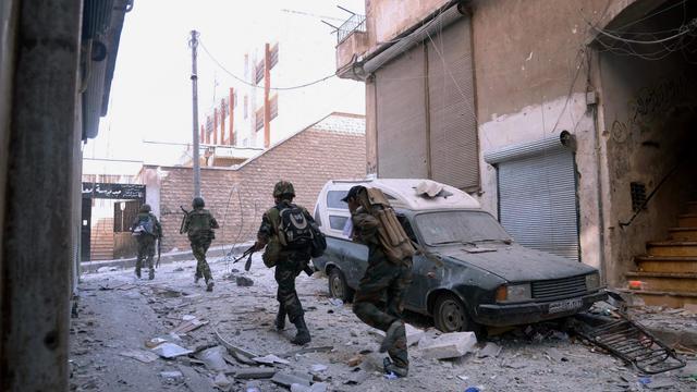 Photo de l'agence officielle Sana montrant des soldats syriens dans les faubourgs d'Alep, le 20 septembre 2012 [ / Sana/AFP]