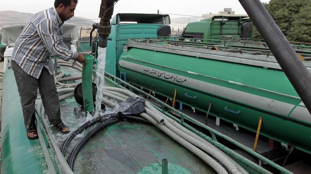 Un chauffeur de camion jordanien remplit sa citerne d'eau à Abu Nuseir près d'Amman, le 30 Septembre 2012. [Khalil Mazraawi / AFP]