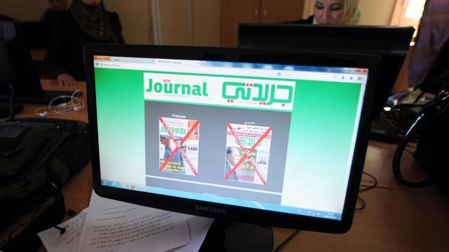 Les couvertures des deux journaux qui se sortiront pas, après avoir été censurés par les autorités algériennes, le 19 mai 2013 [Farouk Batiche / AFP]