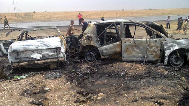 Des voitures brûlées après un attentat dans le nord de Bagdad, le 20 mai 2013 [Mahmoud al-Samarrai / AFP]