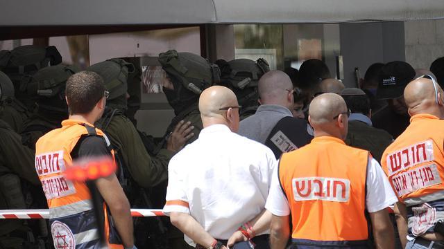 Des membres des forces de sécurité israélienne lors de la prise d'otage d'une banque de Beersheva, le 20 mai 2013 [David Buimovitch / AFP]
