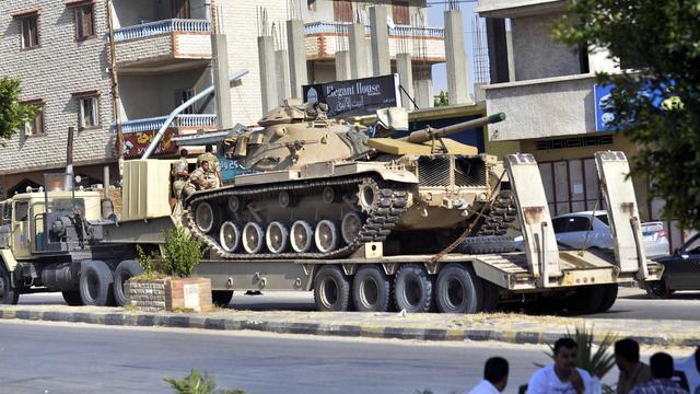 Des chars de l'armée égyptienne patrouillent près de Rafah, au Sinaï, le 20 mai 2013 [Mohamed el-Shahed / AFP]