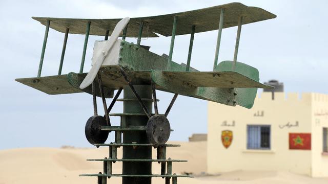 Une maquette d'avion à l'entrée du musée consacré au service de l'aéropostal et à l'écrivain Antoine de Saint Exupéry, le 14 mai 2013 à Tarfaya, au sud-ouest du Maroc [Fadel Senna / AFP]
