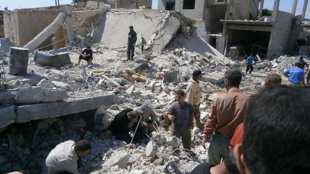 Photo fournie par Shaam News de survivants au milieu des décombres le 21 mai 2013 à Qousseir [- / AFP]