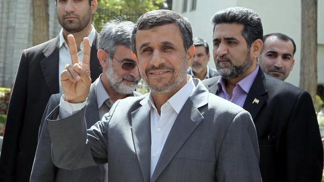 Le président iranien Mahmoud Ahmadinejad (c) à la sortie de la réunion de son cabinet, à Téhéran, le 22 mai 2013 [ / Présidence iranienne/AFP]