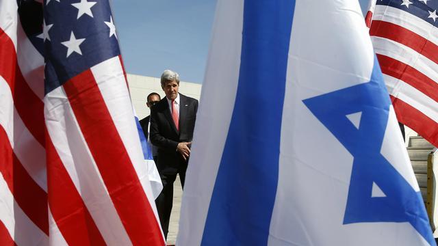 John Kerry à son arrivée le 23 mai 2013 à Tel Aviv [Jim Young / AFP]