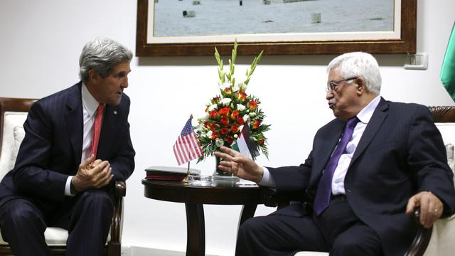 John Kerry et Mahmoud Abbas le 23 mai 2013 à Ramallah [Fadi Arouri / AFP]