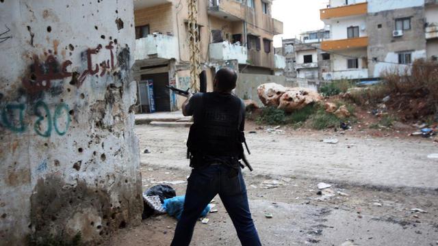 Un combattant dans le quartier sunnite de Bab al-Tabbaneh le 25 mai 2013 à Tripoli [Ghassan Sweidan / AFP]