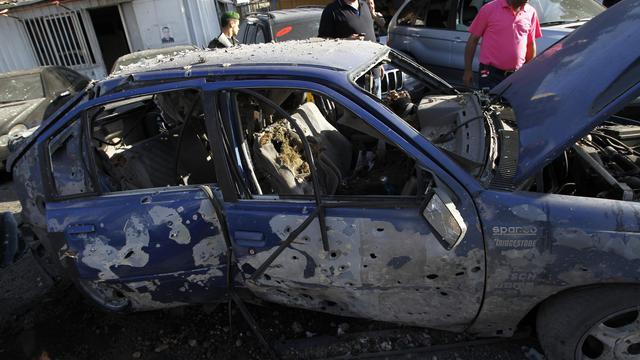 Véhicule détruit par une roquette le 26 mai 2013 à Chiyahdans la banlieue sud de Beyrouth [Anwar Amro / AFP]