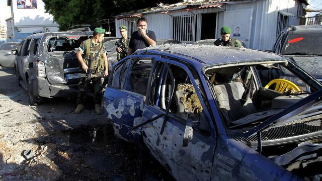 Véhicules détruits par des roquettes le 26 mai 2013 à Chiah dans la banlieue de Beyrouth [Anwar Amro / AFP]
