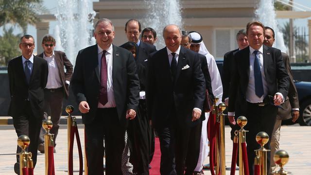 Le ministre français des Affaires étrangères, Laurent Fabius (c), le 26 mai 2013 à Abu Dhabi [Marwan Naamani / AFP]
