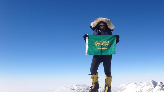 Raha Mouharraq le 18 mai 2013 sur le Mont Everest avec le drapeau de son pays, l'Arabie saoudite [ / Raha Mouharraq/AFP]