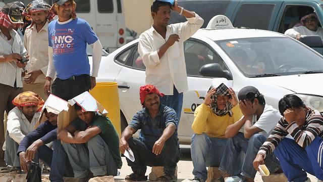 Des travailleurs étrangers en train de faire la queue devant les bureaux de l'immigration, à Ryad [Fayez Nureldine / AFP]