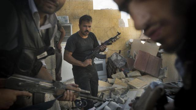 Des rebelles syriens combattent le 27 mai 2013 à Alep [Ricardo Garcia Vilanova / AFP]