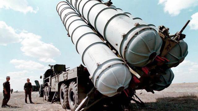 Des missiles russes sol-air S-300 sont déployés en 1996 sur un terrain d'entraînement en Russie [Vladimir Mashatin / AFP/Archives]