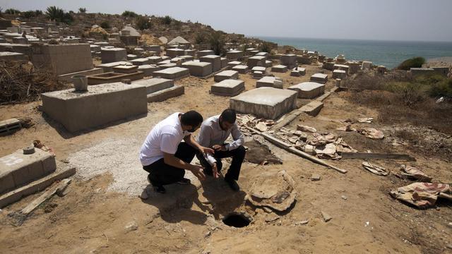 Le cimetière du quartier de Jaffa, à Tel Aviv, où une fosse commune a été découverte, le 31 mai 2013 [Ahmad Gharabli / AFP]