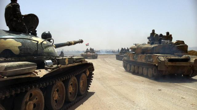 Photo prise au téléphone portable le 2 juin 2013 et montrant des tanks syriens en route vers la ville de Qousseir [ / AFP]