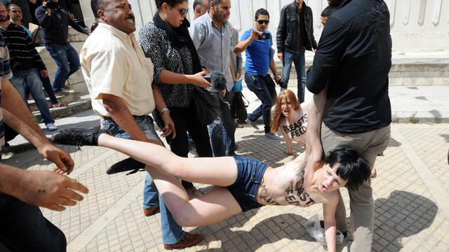 Des militantes du groupe Femen sont arrêtées alors qu'elles manifestent devant le palais de justice de Tunis, le 29 mai 2013 [Fethi Belaid / AFP/Archives]