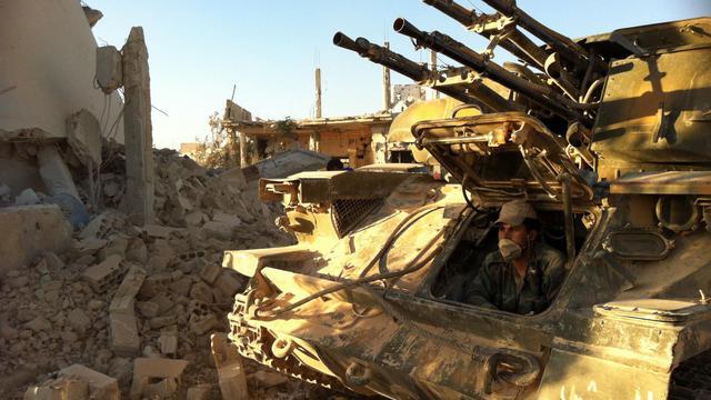 Un soldat syrien assis dans un tank, le 4 juin 2013 à Qousseir [ / AFP]
