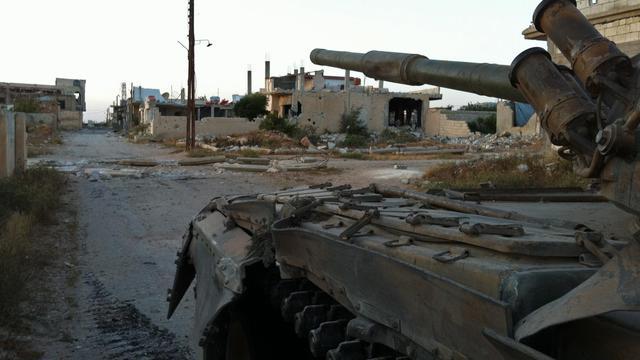 Des soldats syriens patrouillent dans les rues de Dabaa, au nord de la ville de Qousseir, le 6 juin 2013 [- / AFP]
