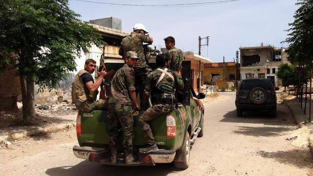 Patrouille de  soldats syriens  le 7 juin 2013 dans un village au nord de Qousseir [- / AFP]