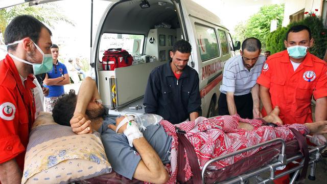 Un blessé syrien après d'une échauffourée qui a éclaté entre partisans et adversaires du Hezbollah devant l'ambassade d'Iran à Beyrouth, le 9 juin 2013 [ / AFP]