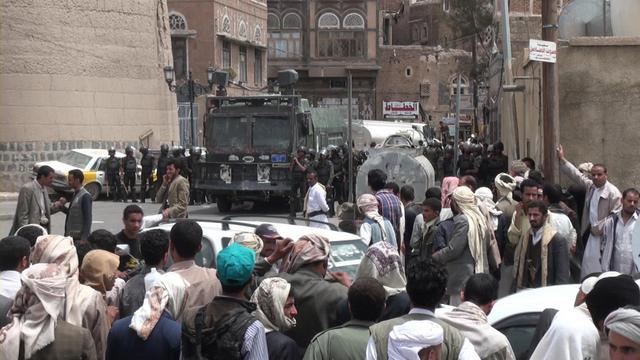Des policiers yéménites autour du siège des services de la sécurité nationale à Sanaa, le 9 juin 2013 [Gamal Noman / AFP]