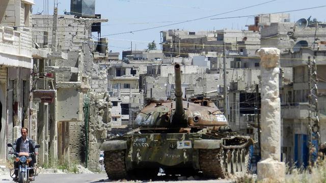 Une photo fournie par Shaam News Network le 6 juin 2013 montre un tank de l'armée dans une rue de Rastan [ / Shaam News Network/AFP]
