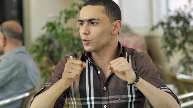 Le rappeur tunisien Ala Yaacoubi, connu sous le nom de scène Weld El 15, dans un tribunal de Tunis le 13 juin 2013 [Fethi Belaid / AFP]