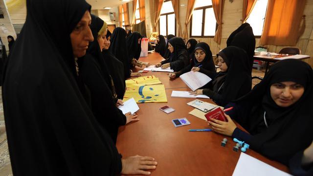 Des femmes iraniennes s'enregistrent pour pouvoir voter dans un bureau de vote de Téhéran, le 14 juin 2013 [Atta Kenare / AFP]