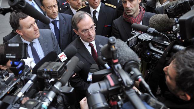 Le ministre de l'Intérieur, Claude Guéant (C), répond aux questions des journalistes, le 28 novembre 2011 à Marseille [Boris Horvat / AFP/Archives]