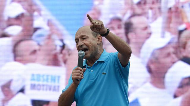 """La Cour constitutionnelle de Roumanie a annoncé mardi qu'elle se prononcerait le 21 août sur la validité du référendum de destitution du président Traian Basescu, soit dix jours plus tôt que prévu, """"afin d'éviter la prolongation de l'instabilité politique"""".[AFP]"""