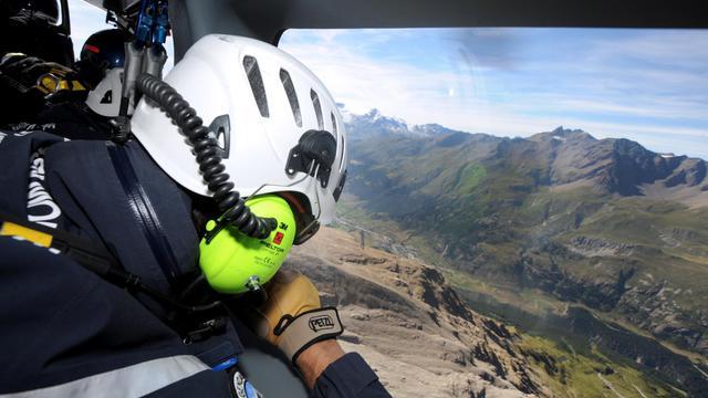 L'hélicoptère de la gendarmerie de haute montagne de Modane (Savoie) survole plusieurs fois la zone avant de repérer une randonneuse blessée à la cheville, dans le massif de la Vanoise: quelques minutes suffiront aux militaires pour hélitreuiller la quadragénaire et l'évacuer vers l'hôpital dans la vallée.[AFP]