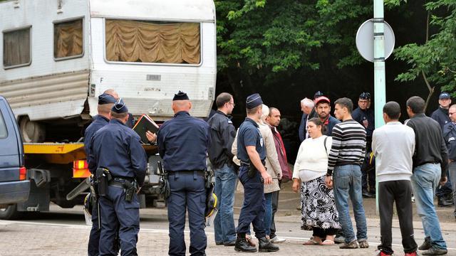 Huit Français sur dix approuvent les démantèlements de campements illégaux de Roms mais 73% estiment que cela ne fait que déplacer le problème, selon un sondage.[AFP]