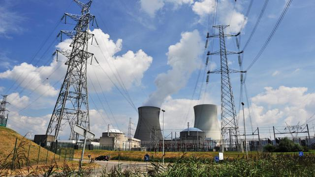 """L'arrêt du réacteur numéro 3 de la centrale nucléaire de Doel, dans le nord de la Belgique, a été prolongé d'un mois, jusqu'à la fin septembre, afin de permettre les analyses sur les """"potentielles fissures"""" de sa cuve, a indiqué mardi l'électricien Electrabel (GDF Suez).[AFP]"""