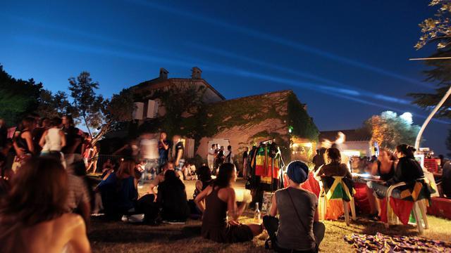 Les oliviers se teintent de rouge vif sous le feu des projecteurs, tandis que les pierres du Mas des Escaravatiers vibrent au rythme de la musique: comme chaque été depuis dix ans, cette maison de famille de Puget-sur-Argens se transforme en scène de festival.[AFP]