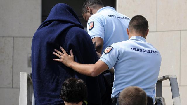 Le violeur présumé de l'Ardèche entouré par les gendarmes.