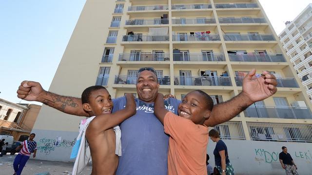 """Salim Bouali conserve de ses 18 années passées dans la Légion étrangère une carrure de militaire. Aujourd'hui installé dans une cité de Marseille, il fait profiter les jeunes du quartier de son expérience, cherchant à leur apprendre """"respect et discipline"""".[AFP]"""