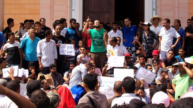 Des centaines d'opposants au gouvernement dominé par les islamistes ont défilé mardi à Sidi Bouzid, berceau de la révolution de 2011, à l'occasion d'une grève générale dans cette ville du centre de la Tunisie, où la contestation semble gagner du terrain.[AFP]