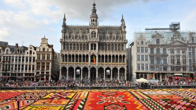 La Grand-Place de Bruxelles, l'un des sites les plus visités de Belgique, s'est couverte d'un gigantesque tapis de fleurs aux couleurs des tissus de l'Afrique, un événement éphémère qui devrait comme tous les deux ans ravir plus de 100.000 touristes jusqu'à dimanche.[AFP]