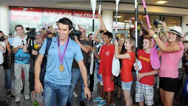 Le triple champion olympique de canoë Tony Estanguet a été reçu en héros, sous une haie d'honneur de pagaies de ses amis kayakistes, par plusieurs centaines de personnes mardi soir à son retour à Pau.[AFP]