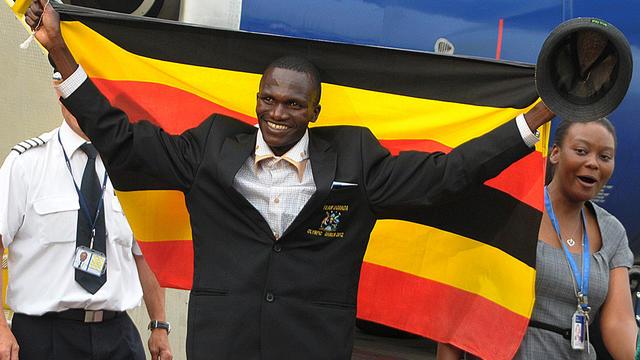 L'Ougandais Stephen Kiprotich, sacré champion olympique du marathon dimanche à Londres, a reçu un accueil triomphal mercredi lors de son retour au pays, assorti d'un chèque de 80.000 dollars (65.000 euros) et de la promesse d'une maison flambant neuve pour ses parents.[AFP]