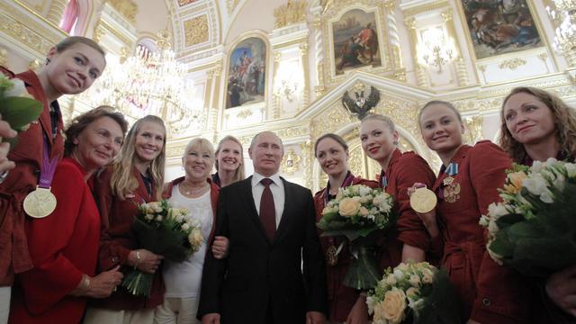 Le président de la Russie, Vladimir Poutine a félicité, mercredi, les athlètes et les entraîneurs ayant participé aux Jeux Olympiques de Londres et a offert des voitures de luxe aux médaillés.[POOL]