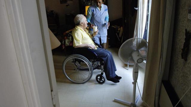 """La ministre de la Santé Marisol Touraine a annoncé jeudi sur BFM TV que le niveau 2 du plan canicule (qui en compte 3) sera déclenché """"sans doute cet après-midi"""" dans certains départements afin de mieux protéger les personnes âgées et autres personnes vulnérables des fortes chaleurs attendues en fin de semaine.[AFP]"""