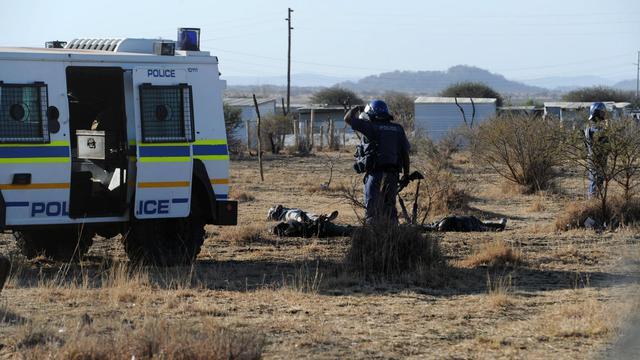 Plusieurs mineurs gisaient au sol jeudi à la mine de Marikana (nord-ouest de l'Afrique du Sud) après un échange de tirs entre policiers et grévistes, sans qu'il soit possible de savoir immédiatement s'ils étaient blessés ou morts, a constaté un photographe de l'AFP sur place.[AFP]